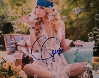 Taylor Swift Signed 8x10 Photo With Coa for Sale in Aurora,  CO