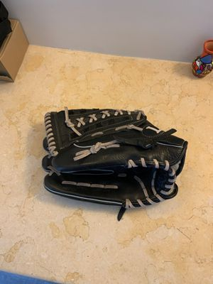 Louisville Slugger DYN1300 13-Inches Black Baseball Glove (Left throw) for Sale in Whittier, CA