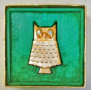 1970s mid century AVON owl brooch lip balm or make up container pin ! for Sale in Saginaw, MI