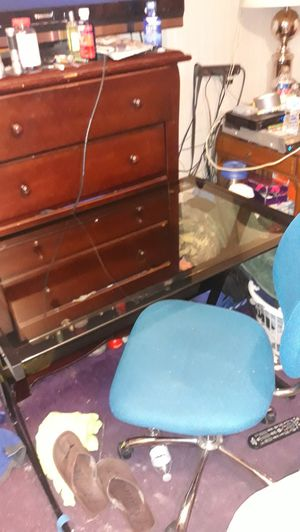 Computer table and chair for Sale in St. Petersburg, FL