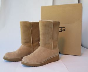 UGG Amie short boot Sand Size 7.5 for Sale in Tacoma, WA