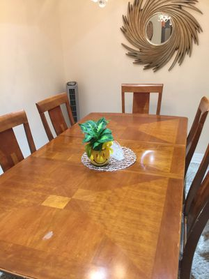 Dining room table. 6 white upholstered chairs for Sale in Hialeah, FL