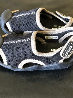 Dual Crocs Comfort Kids Size 8 for Sale in San Jose,  CA