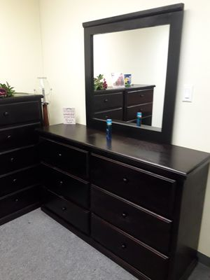 Dresser with mirror for Sale in Hesperia, CA