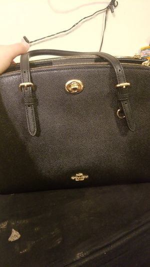 Women's COACH Turnlock Carryall 29 In Crossgrain Leather for Sale in Detroit, MI