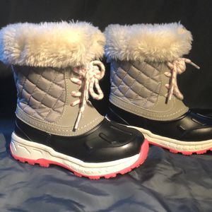 Carter's Snow Boots Size 8 Childrens for Sale in Allentown, PA