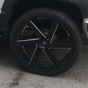 26 Inch Rims 6 Lug Chevy Off A 2 Door Tahoe Trade For Some 28 Inch Rims 6 Lug Or 1100 CASH 4 Rims 5 Tires for Sale in Chicago, IL