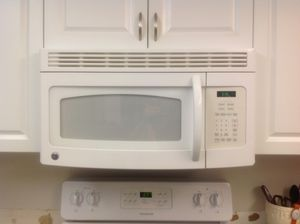 GE microwave and electric range with convection . White. Excellent condition for Sale in Venice Gardens, FL