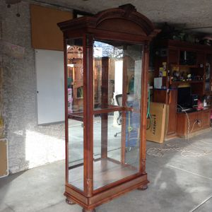 Curio cabinet W/Chelves good condition for Sale in Las Vegas, NV