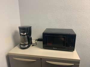 Coffee pot and microwave for Sale in Fresno, CA