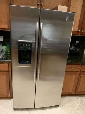 Whirlpool Refrigerator (stainless steel) for Sale in Brentwood, CA