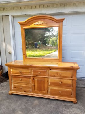Broyhill Dresser w/ Mirror for Sale in Lithonia, GA