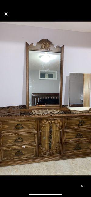 Dresser with mirror for Sale in Elkridge, MD