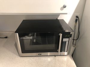Oster 1,000W Microwave for Sale in Los Angeles, CA