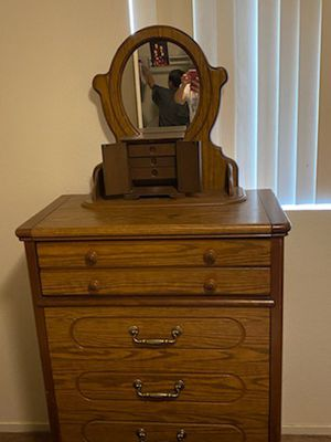 Dresser with 5 drawers and mirror for Sale in Fresno, CA
