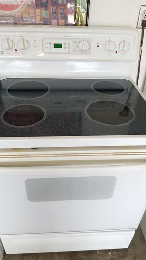 White GE glass top stove for Sale in Sebring, FL
