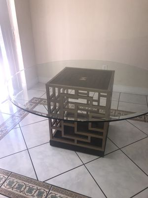 Nice glass kitchen table in great condition... no chairs for Sale in Pembroke Pines, FL