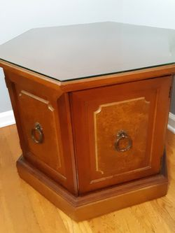 End Table With Glass Top for Sale in Charleston,  SC