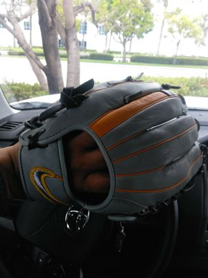 Softball glove for Sale in Perris, CA