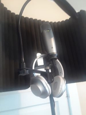 Studio mic stand Bluetooth headphones for Sale in Cleveland, OH