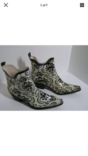 """Low trendy"""" misses cute rain boots ivory with black abstract pointed toe Great look"""" euc size 11 for Sale in Northfield, OH"""