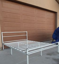 FULL SIZE METAL BED FRAME ( NO BOX SPRING NEEDED) for Sale in Goodyear,  AZ