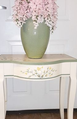 Vintage Side Table /Vase With Flowers for Sale in Hyattsville,  MD