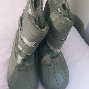 Size 5y Kids Snow Boots. Brand New for Sale in Long Beach, CA