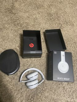 Beats Solo3 Wireless On-Ear Headphones. Apple W1 Headphone Chip, Class 1 Bluetooth, 40 Hours Of Listening Time - Satin Silver for Sale in Baltimore,  MD