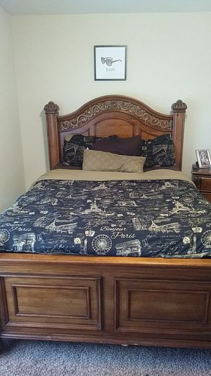 Queen size bed set comes with everything you see only asking 650 for Sale in Puyallup, WA