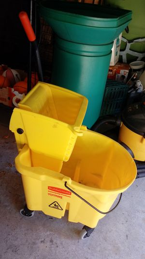 Rubbermaid Rolling Mop Bucleu with Wringer for Sale in Elmhurst, IL