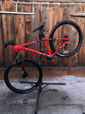 2018 Trek Marlin 5 Medium frame 27.5 wheels and tires front and rear disc brakes excellent condition (NO TRADE AVAILABLE) for Sale in San Jose, CA