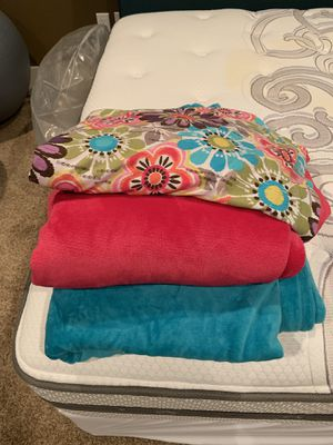 Twin size flower duvet cover, twin teal blanket and pink throw blanket. for Sale in Bonney Lake, WA