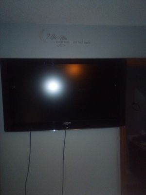Samsung 42 inch TV comes with remote and wall mount for Sale in Memphis, TN