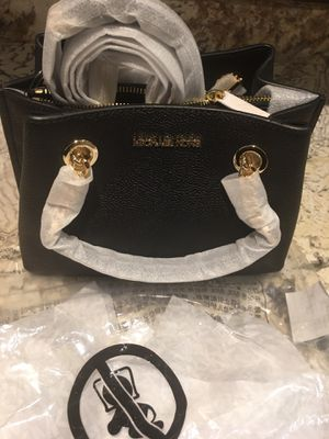 Brand new Michael Kors Teagan small pebbled messenger bag for Sale in Port Orchard, WA