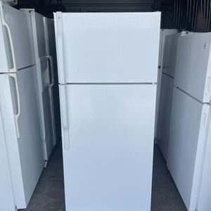 GE White Top Mount White Refrigerator 28wide 65tall for Sale in El Monte, CA