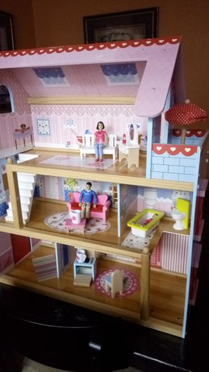 "Kidkraft doll house with furniture and 3 articulated figures, dolls. 28"" x 24"" x 10"" for Sale in Lucas, TX"