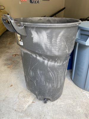 Free Trashcan (no lid) for Sale in Houston, TX