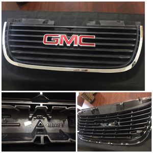 GMC YUKON 2007-2014 FRONT OEM GRILLE PART #20945738 W/GMC EMBLEM for Sale in Miami, FL