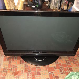 42 Inch LG Tv... Manufactured 2007... Still Functions Perfectly Fine for Sale in Stoughton, MA