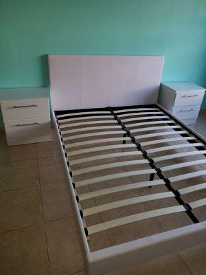 Cama con mesas de noche.... Bed Frame with Nightstands for Sale in Hialeah, FL