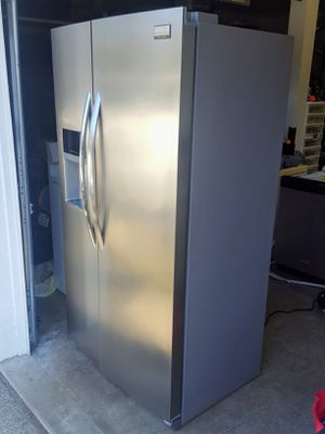 Excellent condition Frigidaire Gallery counter depth refrigerator for Sale in Lynnwood, WA