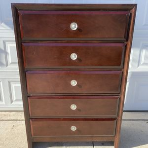 5 Drawer Solid Wood Dresser for Sale in Lake Elsinore, CA