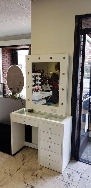MAKEUP VANITY SLAYSTATION WITH DIMMABLE LIGHTS for Sale in Chino, CA