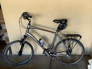 Men's Giant street bike. Like new. Fully Loaded. XL. Great seat, rack, water bottle, with front light. for Sale in San Diego, CA
