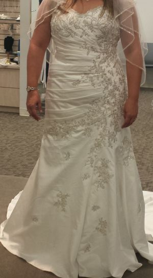 Wedding Dress and Veil for Sale in Hialeah, FL