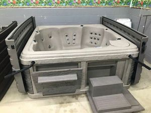 New Strong Spa Hot Tub with Hardcover for Sale in Cleveland, OH