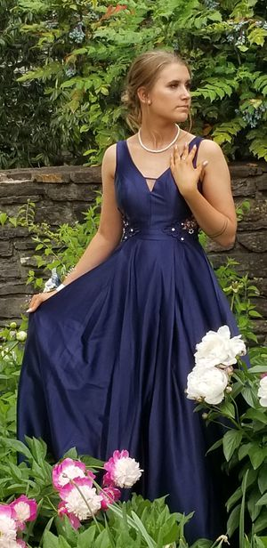 Size 3 Navy formal/prom dress. Bought at Dillards. Worn for a few hours. for Sale in Maynardville, TN
