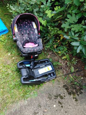 Graco car seat with extra base for Sale in Akron, OH