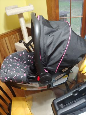 Graco car seat with base for Sale in Raleigh, NC